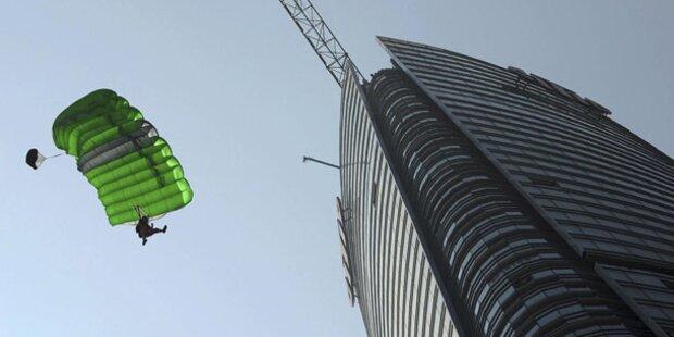 Steirer klettert Büroturm hoch und springt