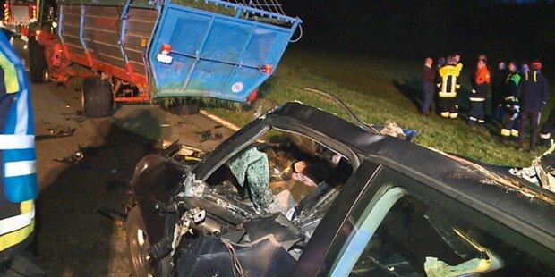 Frau crasht Luxus-Auto in Traktor