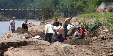 Überschwemmungen reißen Leichen aus ihren Gräbern