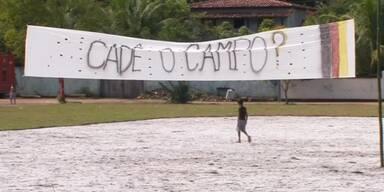 Brasilianer warten auf  Fußballplatz vom DFB