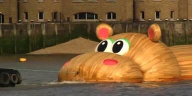 Riesiges Holz-Flusspferd in Wasser