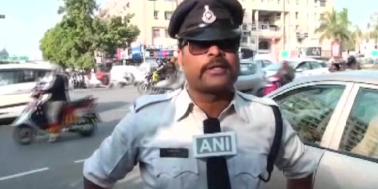 Tanzender Polizist kämpft gegen Verkehr