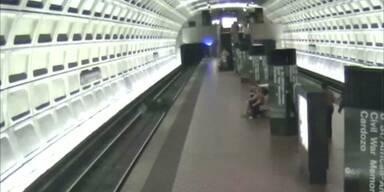 Rollstuhlfahrer stürzt auf U-Bahn-Gleise
