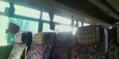 Starkstromleitung fällt auf Bus