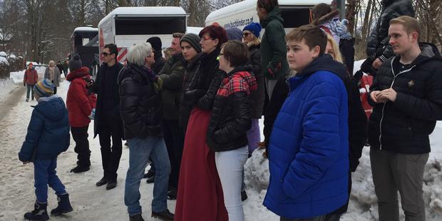 Bond-Fans vor der Seevilla