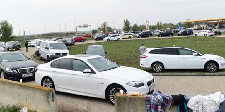 Taxler holen Flüchtlinge in Nickelsdorf ab