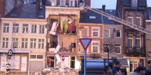 Explosion lässt Wohnhaus einstürzen