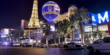 Auto rast in Las Vegas in Fußgänger