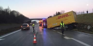 LKW auf der A1 umgekippt