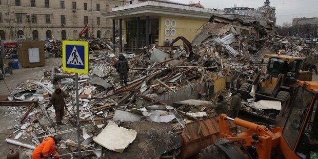 Moskau riss illegale Bauten mit Bulldozern nieder