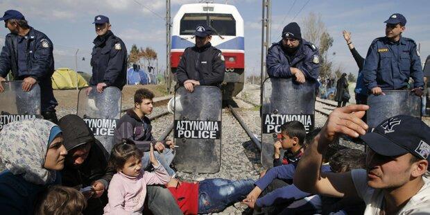 Flüchtlinge blockieren Bahnstrecke