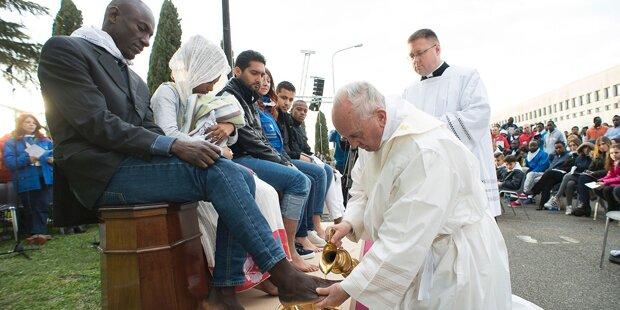 Papst wäscht Flüchtlingen die Füße