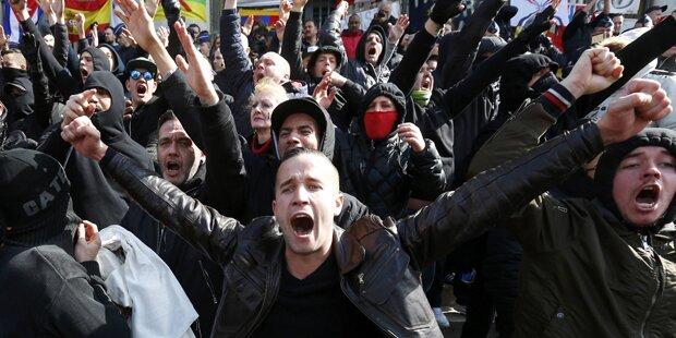Live: Aufgeheizte Stimmung bei Neonazi-Demo