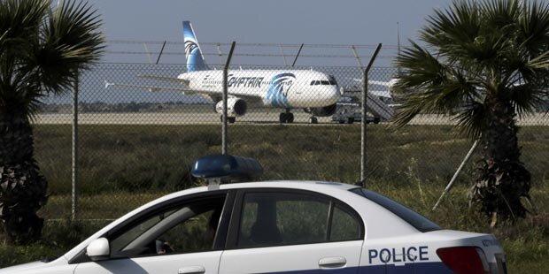 Flugzeug entführt: Geiselnehmer will Asyl