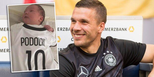 Podolski zeigt Baby Maya im Fan-Dress