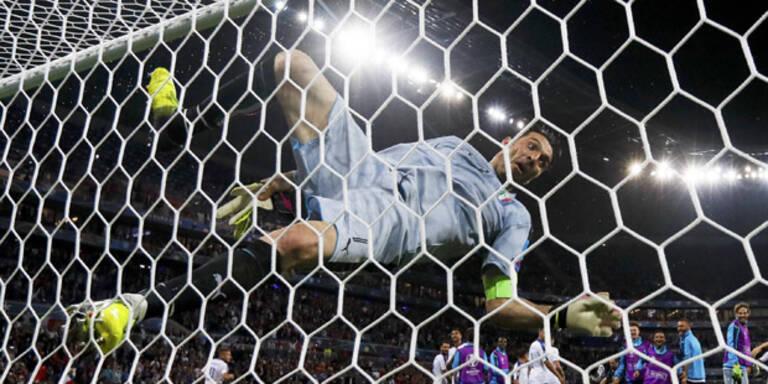 Buffon kracht bei irrem Jubel auf den Boden