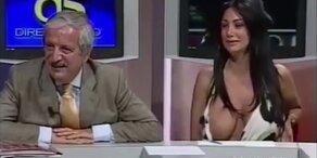 Sexy Moderatorin fallen Brüste aus dem Top
