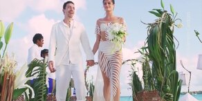 Model heiratet in Nacktkleid