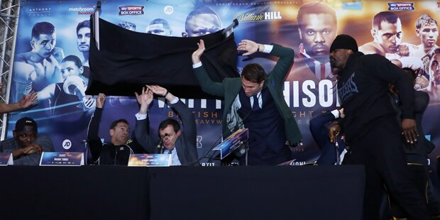 Tischwurf! Skandal-Boxer rastet total aus