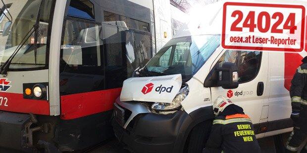 Irrer Crash: Lieferwagen rammt Wiener Bim