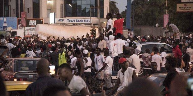 Über 45.000 Menschen! Massenflucht aus Gambia