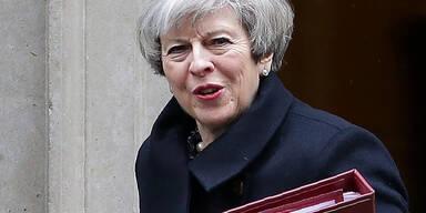Premierministerin May über Tunnel in Sicherheit gebracht
