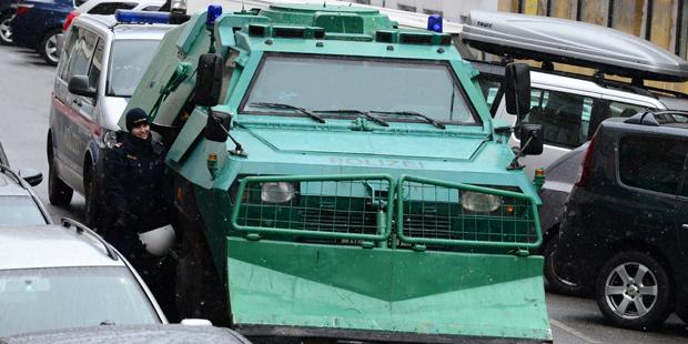 Panzerwagen vor dem besetzten Haus