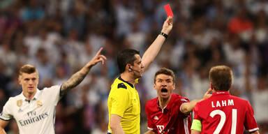 Bayern-Stars stürmen Schiri-Kabine