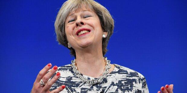 Premierministerin May hält an Ministern fest