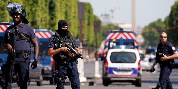 Paris: Auto rammt Polizeiwagen und explodiert