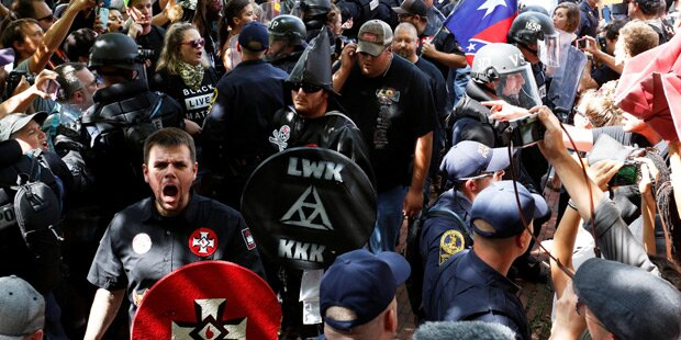 Massive Gegenwehr bei Ku-Klux-Klan-Demo