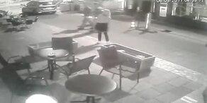 Polizist stößt betrunkene Frau zu Boden