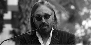 Fans singen zu Ehren von Tom Petty