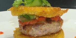 Mini-Burger auf Polenta mit Paprika-Marmelade