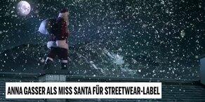 Anna Gasser als Miss Santa