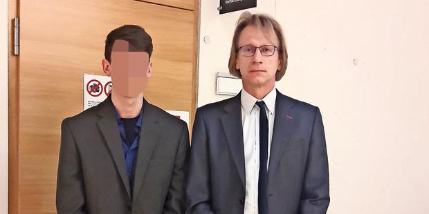 Verteidiger Martin Preslmayr und sein Mandant (19).