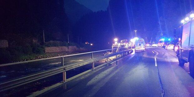Auto stürzt mit 5 Insassen in Salzach
