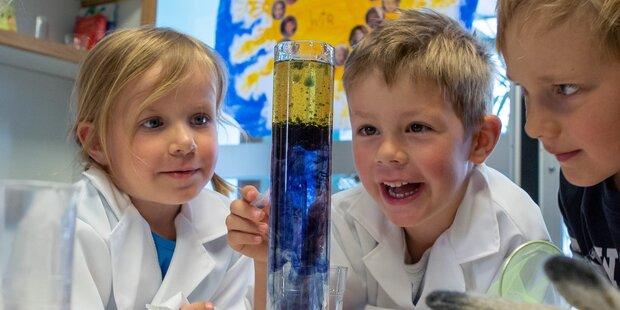 Kinder erforschen die Welt