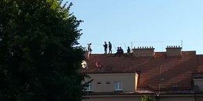 Polizei verhandelt mit Straftäter auf Dach