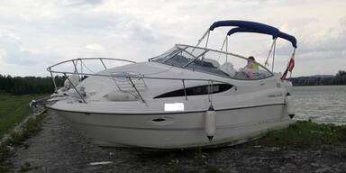 Alko-Bootslenker crasht auf Donau-Ufer