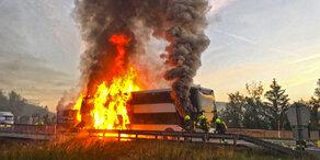 Brennender Reisebus sorgt für Chaos auf A21