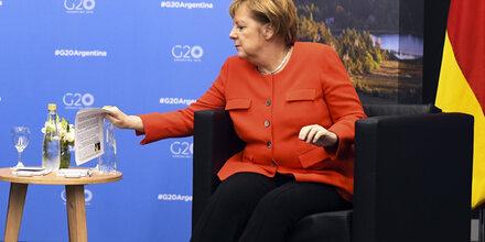 Merkel sorgt mit Spickzettel für Lacher