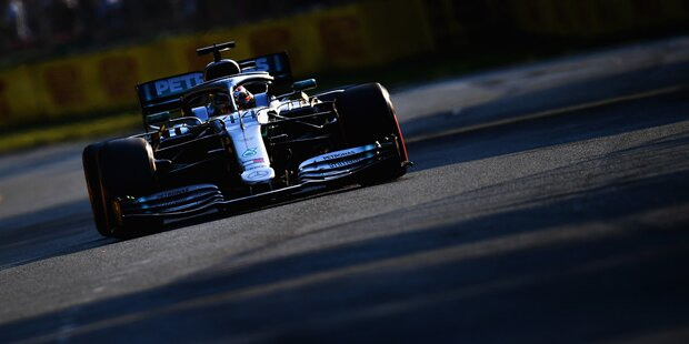 Hamilton holt Pole Position in Melbourne