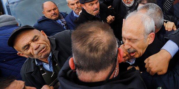 Türkischer Oppositionsführer von Hass-Mob attackiert