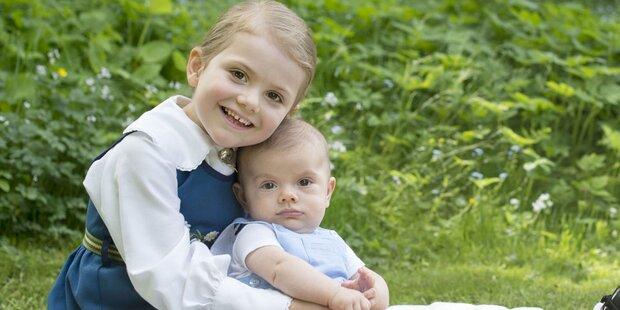 Estelle knuddelt Bruder Oscar