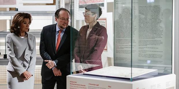 Bundeskanzlerin Brigitte Bierlein - Ostarrichi-Urkunde