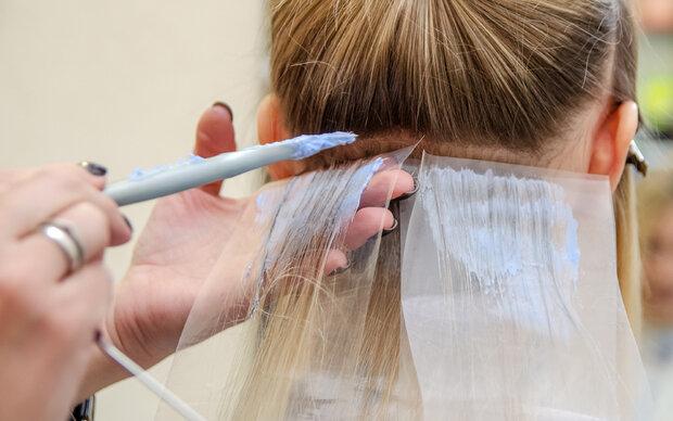 Beim Blondieren Kopf verbrannt: Friseur muss zahlen
