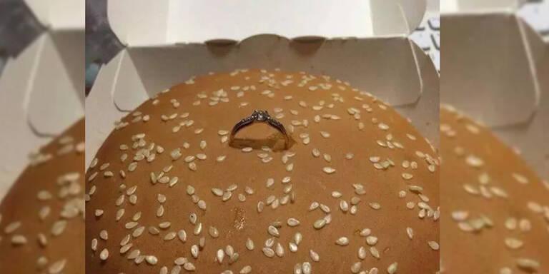 Netz lacht über Heiratsantrag im Burger
