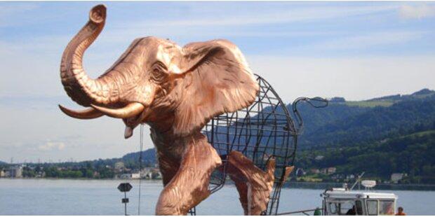 Riesen-Elefant als Star der Festspiele