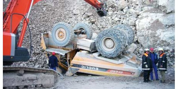 Lkw-Fahrer stürzt 70 (!) Meter ab